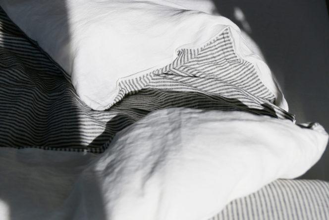 Mleczno-biała poszewka na kołdrę w paski