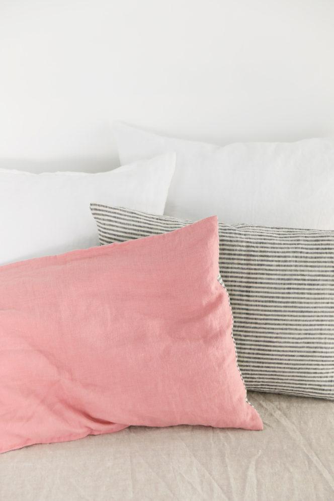 Lniana poszewka na poduszkę w paski o kolorze indyjski róż