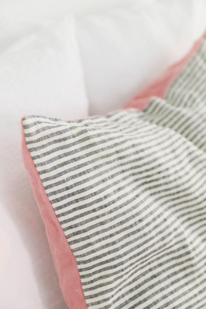 Poszewka na poduszkę w paski w kolorze indyjskiego różu