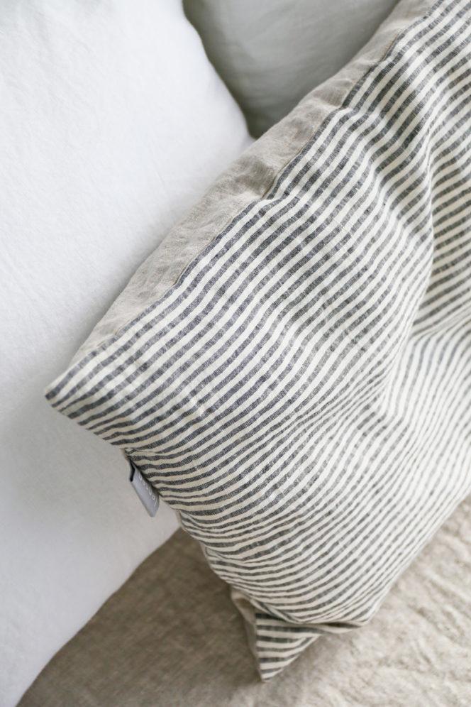 Lniana poszewka na poduszkę w paski w kolorze naturalnego lnu