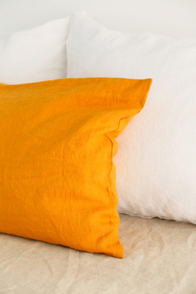 Poszewka na poduszkę koloru musztardowego