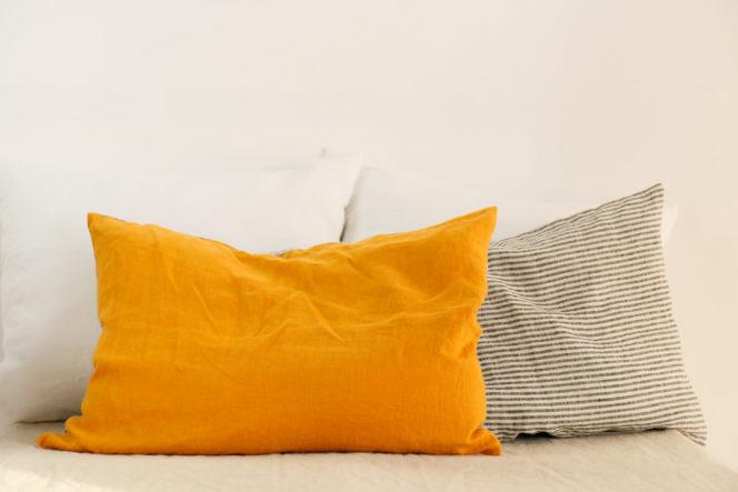 Poszewka na poduszkę w paski w kolorze musztardowym