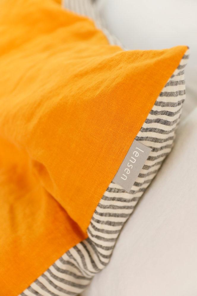 Musztardowa poszewka na poduszkę w paski