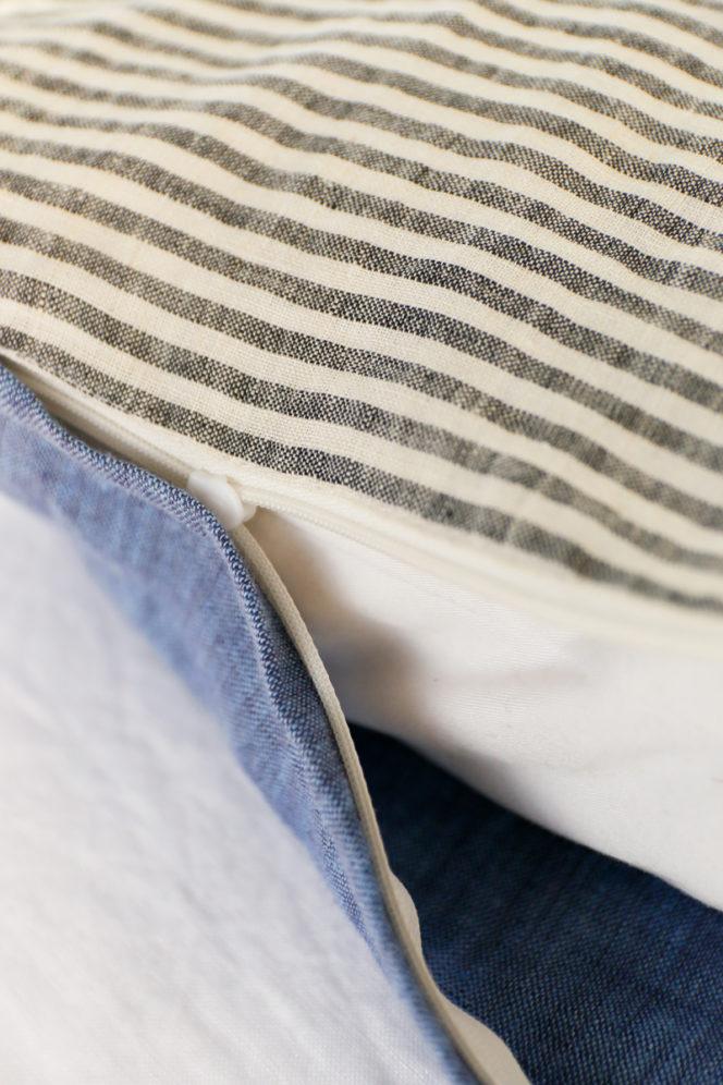 Lniana poszewka na poduszkę w paski w kolorze niebieskim