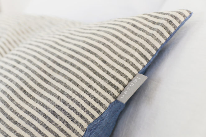 Niebieska poszewka na poduszkę w paski