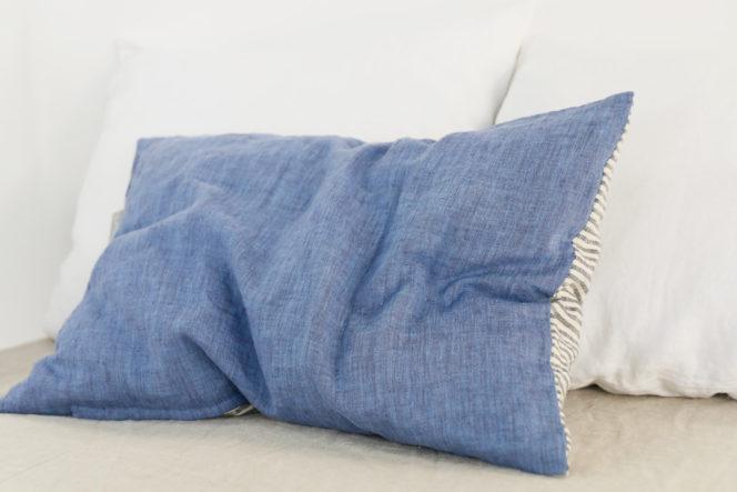 Poszewka na poduszkę w paski w kolorze niebieskim