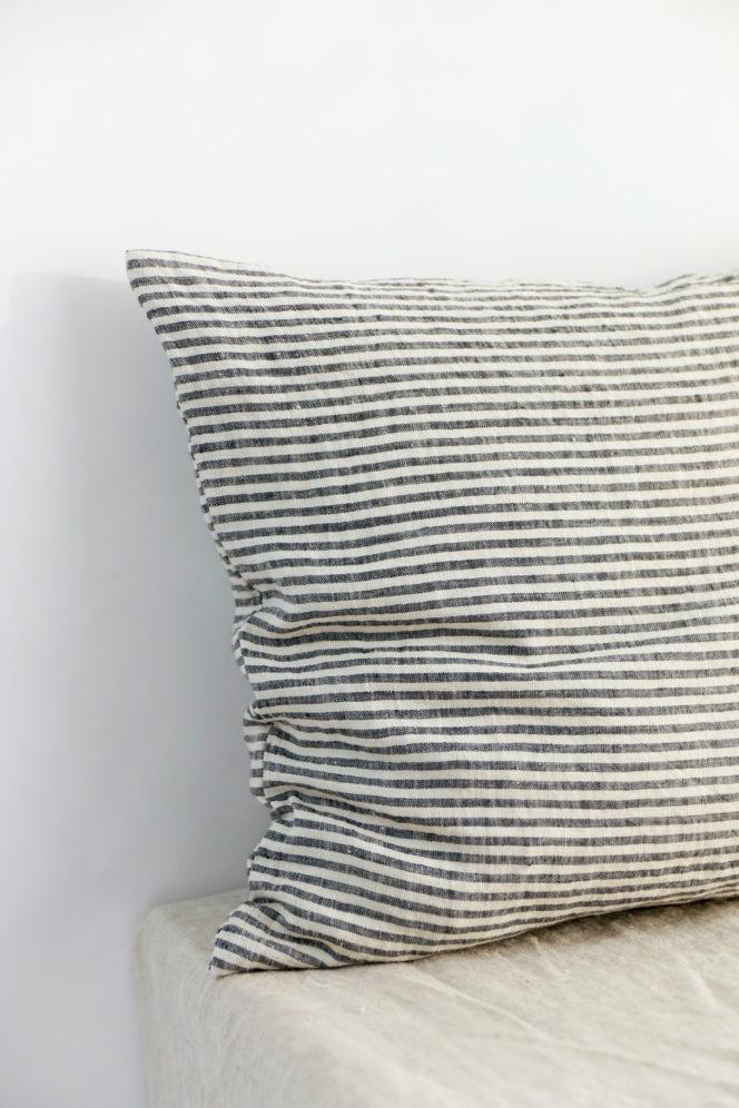 Lniana poszewka na poduszkę ze wzorem w paski