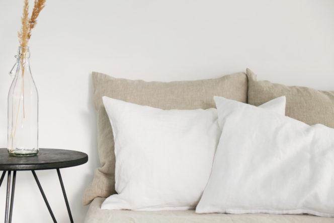 Śnieżno-biała poszewka na poduszkę z lnu