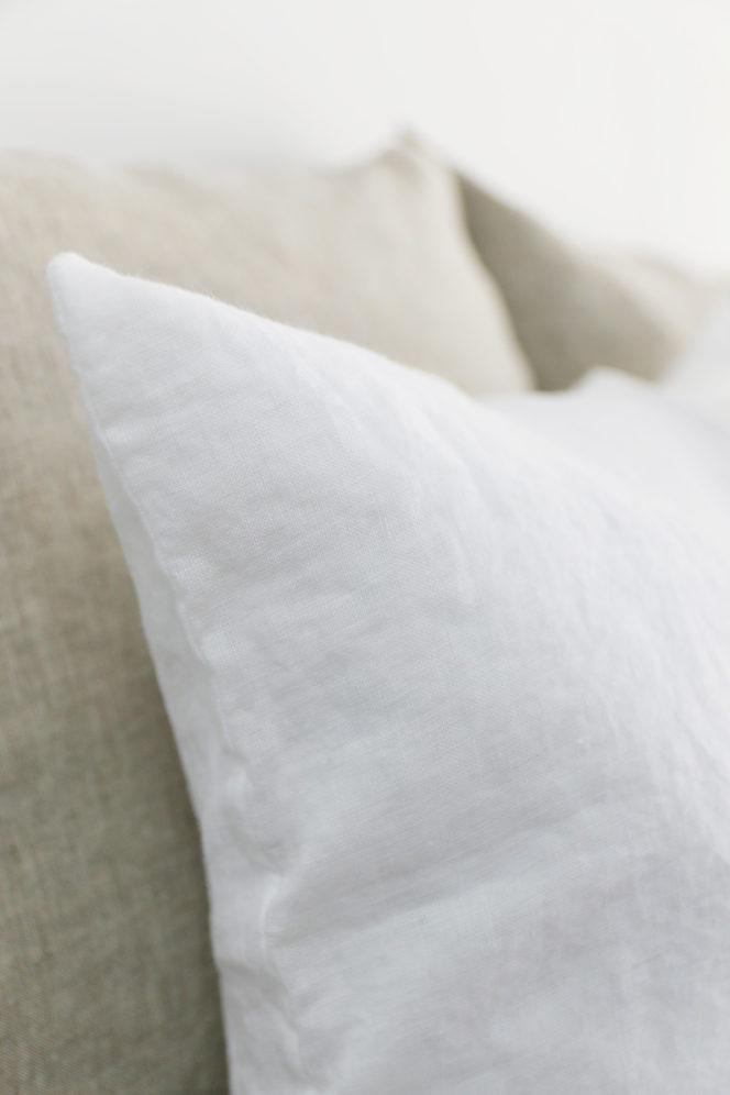 Śnieżno-biała poszewka na poduszkę