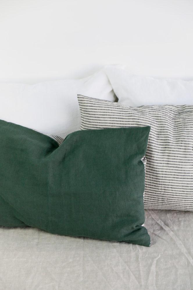 Poszewka na poduszkę z lnu w paski o kolorze dolarowa zieleń