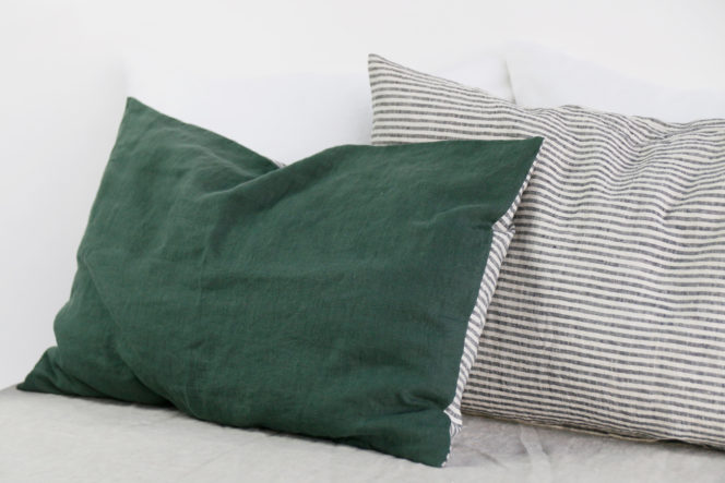 Poszewka na poduszkę w paski o kolorze dolarowa zieleń z lnu