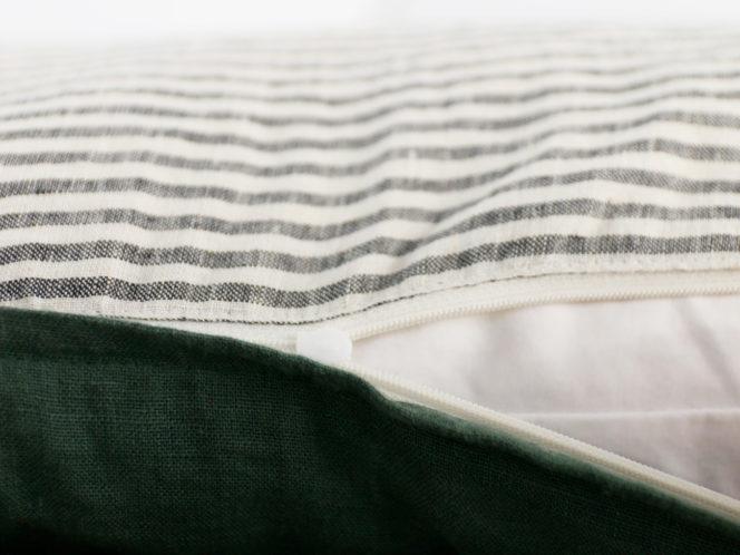 Lniana poszewka na poduszkę w kolorze dolarowa zieleń w paski
