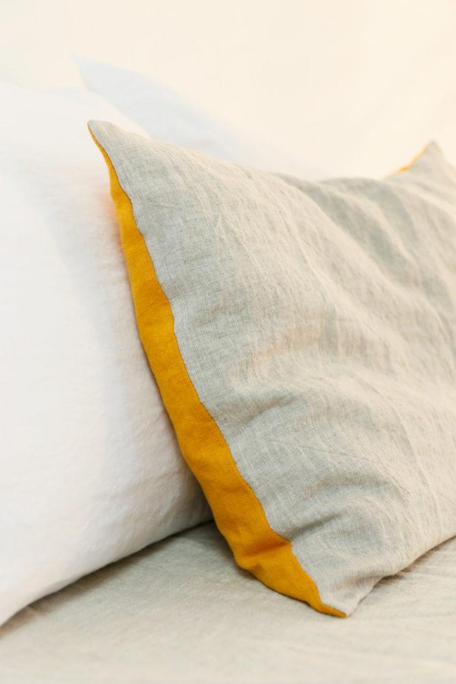 Poszewka lniana na poduszkę o kolorze musztardowo-lnianym