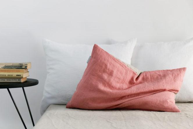 Jasnoróżowa poszewka na poduszkę